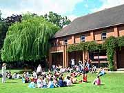 Занятия на свежем воздухе, изучение английского в школа Бокс Хилл